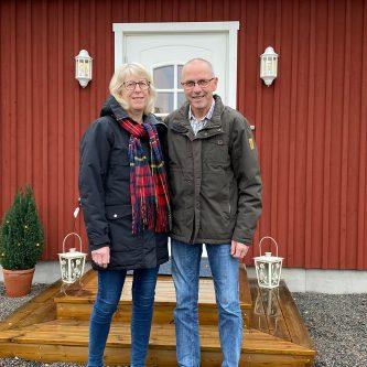 Ett pensionärspar framför sitt nya Mellbyhus.